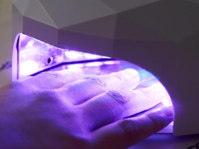 セルフネイルの仮硬化とは?完全硬化との違いと正しいライトの使い方