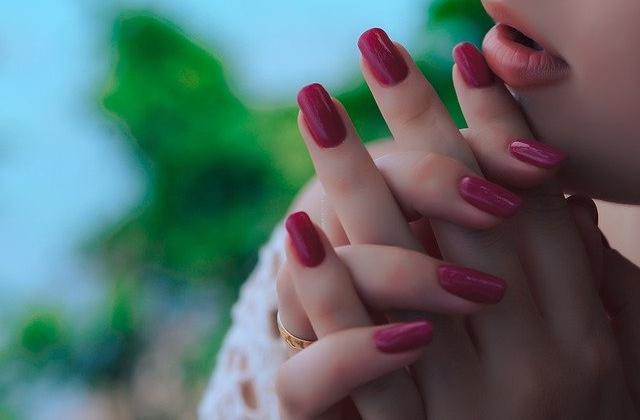 色黒(地黒)日焼け肌のおすすめネイル【指先美人】似合う色とは